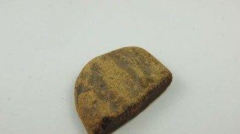 bursztyn bałtycki nakrapiany matowy płaski ciemny 22,1 g